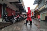 Petugas semprot disinfektan kawasan pertokoan Palu