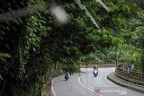Pengendara melintas di Jalur Cadas Pangeran, Kabupaten Sumedang, Jawa Barat, Jumat (22/5/2020). Pada H-2 Lebaran Idul Fitri 2020 kawasan jalur tengah menuju Sumedang, Majalengka, Cirebon yang biasanya ramai pemudik kini terpantau lancar dan sepi menyusul larangan mudik guna mengatasi penyebaran COVID-19. ANTARA JABAR/Raisan Al Farisi/agr