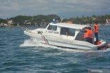 Petugas menaiki kapal patroli di Pelabuhan Jangkar, Situbondo, Jawa Timur, Jumat (22/5/2020). Kementerian Perhubungan melalui Dirjen Perhubungan Laut menyiagakan kapal patroli Kesatuan Penjagaan Laut dan Pantai saat Mudik 2020 dilarang. Antara Jatim/Seno/zk.