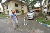 Pasien positif yang telah sembuh dari COVID-19 berjalan keluar dari Gedung Karantina Khusus Ambulung di Banjarbaru, Kalimantan Selatan, Jumat (22/5/2020). Pemerintah Provinsi Kalimantan Selatan kembali melepas kepulangan dua pasien positif COVID-19 yang telah dinyatakan sembuh setelah menjalani perawatan di gedung Karantina Khusus, berdasarkan data Gugus Tugas Percepatan Penanganan COVID-19 Kalsel sampai tanggal 21 Mei 2020 tingkat kesembuhan di Kalsel mencapai 14 persen dengan perhitungan dari konfirmasi sebanyak 557 orang, sembuh 77 orang. Foto Antaranews Kalsel/Bayu Pratama S.