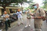 Petugas Gugus Tugas Percepatan Penanganan COVID-19 melepas dua pasien positif yang telah sembuh dari COVID-19 di Gedung Karantina Khusus Ambulung, Banjarbaru, Kalimantan Selatan, Jumat (22/5/2020). Pemerintah Provinsi Kalimantan Selatan kembali melepas kepulangan dua pasien positif COVID-19 yang telah dinyatakan sembuh setelah menjalani perawatan di gedung Karantina Khusus, berdasarkan data Gugus Tugas Percepatan Penanganan COVID-19 Kalsel sampai tanggal 21 Mei 2020 tingkat kesembuhan di Kalsel mencapai 14 persen dengan perhitungan dari konfirmasi sebanyak 557 orang, sembuh 77 orang. Foto Antaranews Kalsel/Bayu Pratama S.