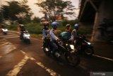 Pengendara motor memasuki Pulau Madura usai melintasi Jembatan Suramadu, Bangkalan, Jawa Timur, Jumat (22/5/2020). Pada H-2 Hari Raya Idul Fitri 1441 H, jembatan yang menjadi penghubung antara Pulau Jawa dan Pulau Madura tersebut mulai dipadati kendaraan terutama kendaraan roda dua yang mudik menuju Pulau Madura di tengah pandemi COVID-19. Antara Jatim/Moch Asim/zk.
