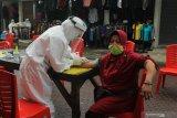 Petugas melakukan pemeriksaan cepat COVID-19 (Rapid Test) terhadap warga di Pasar  Sore Manukan Surabaya, Jawa Timur, Jumat (22/5/2020). Pemeriksaan cepat terhadap sejumlah pedagang di pasar itu guna mengetahui kondisi kesehatan mereka sebagai upaya untuk mencegah penyebaran virus Corona (COVID-19). Antara Jatim/Didik/Zk