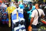 Sejumlah pengunjung memadati Pasar Tengah di Pontianak, Kalimantan Barat, Jumat (22/5/2020). Pasar Tengah yang merupakan pasar tradisional tertua di Kota Pontianak tersebut ramai dikunjungi masyarakat yang ingin berbelanja membeli kebutuhan lebaran. ANTARA FOTO/Jessica Helena Wuysang.