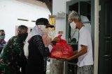 Lurah Mataram Barat menyalurkan 267 sembako bagi warga tidak dapat JPS