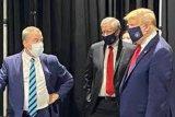 Akhirnya Donald Trump mau pakai masker untuk pertama kalinya