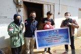 Mahasiswa Poltekkes memberi paket sembako warga kurang mampu di Kendari