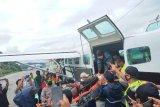 Petugas kesehatan korban penembakan KKB di Wandai dievakuasi ke Nabire