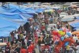 Warga memadati Pasar Raya di Padang, Sumatera Barat, Sabtu (23/5/2020). Sehari menjelang Idul Fitri 1441 H, warga beramai-ramai memadati kawasan pasar tersebut untuk berbelanja baju lebaran meskipun masih dalam masa PSBB. ANTARA FOTO/Iggoy el Fitra/nym