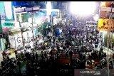 Warga Kabupaten Garut memenuhi jalan-jalan saat malam Lebaran