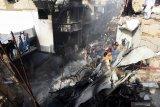 Keluarga korban berduka atas kecelakaan pesawat PIA di Pakistan