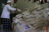 Panitia amil zakat menata zakat fitrah sebelum disalurkan kepada kaum dhuafa di Masjid Jamik, Malang, Jawa Timur, Sabtu (23/5/2020). Panitia amil zakat setempat mengaku penyaluran zakat fitrah dibandingkan tahun lalu, pada Idul Fitri tahun 1441 Hijriah ini menurun dari 5 ton menjadi 2 ton atau turun sekitar 60 persen sebagai dampak penyebaran COVID-19. Antara Jatim/Ari Bowo Sucipto/zk