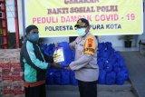 Polresta Jayapura Kota berbagi sembako kepada pengojek daring
