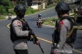 Anggota Brimob Polda Jabar menjaga arus mudik di Kawasan Nagreg di perbatasan Kabupaten Bandung dan Kabupaten Garut, Jawa Barat, Sabtu (23/5/2020). Pada H-1 Lebaran Idul Fitri 2020 kawasan jalur selatan menuju Garut, Tasikmalaya, Ciamis, dan Jawa Tengah yang biasanya ramai pemudik kini terpantau lancar dan sepi menyusul larangan mudik guna mengatasi penyebaran COVID-19. ANTARA JABAR/Raisan Al Farisi/agr