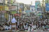 Ribuan umat muslim mendengarkan khutbah seusai shalat Idul Fitri di Kota Tasikmalaya, Jawa Barat, Minggu (24/5/2020). Meskipun di tegah pandemi COVID-19, pelaksanaan shalat Idul Fitri 1441 H tetap digelar dengan menggunakan protokol kesehatan seperti jaga jarak dan memakai masker dan tidak mengadakan bersalaman. ANTARA JABAR/Adeng Bustomi/agr