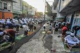 Ribuan umat muslim mengikuti shalat Id di Kota Tasikmalaya, Jawa Barat, Minggu (24/5/2020). Meskipun di tegah pandemi COVID-19, pelaksanaan shalat Idul Fitri 1441 H tetap digelar dengan menggunakan protokol kesehatan seperti jaga jarak dan memakai masker dan tidak mengadakan bersalaman. ANTARA JABAR/Adeng Bustomi/agr