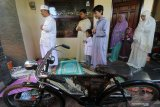 Warga melakukan shalat Idul Fitri 1 Syawal 1441 H di rumahnya, komplek perumahan Cahaya Permata Kota Kediri, Jawa Timur, Minggu (24/5/2020). Sejumlah umat Islam melakukan shalat Id di rumah guna mengurangi interaksi sosial dan menghindari penyebaran COVID-19. Antara Jatim/Prasetia Fauzani/zk.