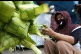 Perajin musiman menyelesaikan pembuatan kulit ketupat untuk dijajakan di pasar tradisional Peunayong, Banda Aceh, Aceh, Sabtu (23/5/2020). Kulit atau cangkang ketupat yang terbuat dari janur pohon kelapa untuk kebutuhan hari raya Idul Fitri 1441 Hijriyah dijual Rp1.000 per buah. ANTARA FOTO/Irwansyah Putra/hp.