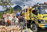Kapolres dan Wakil Bupati Tolikara musnahkan bama tidak layak konsumsi