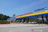 Petugas masih putar balik kendaraan pemudik di  Gerbang Kalikangkung
