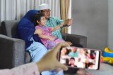 Sebuah keluarga di Kota Pekanbaru, Provinsi Riau, melakukan silaturahmi secara virtual dengan keluarga di Kota Depok, Jawa Barat, saat Hari Raya Idul Fitri 1441 Hijriah, Minggu (24/5/2020). Sebagian besar masyarakat memutuskan tidak mudik Lebaran untuk mencegah penyebaran COVID-19, dan menggunakan teknologi video conference untuk bersilaturahmi. ANTARA FOTO/FB Anggoro/foc.