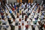 Umat muslim melaksanakan shalat Idul Fitri 1 Syawal 1441 Hijriah di Masjid Besar Al Hidayah, Gedangan, Sidoarjo, Jawa Timur. Minggu (24/5/2020). Sejumlah masjid di Sidoarjo tetap melaksanakan Shalat Idul Fitri dengan protokol kesehatan meski pemerintah menghimbau untuk melaksanakannya di rumah di tengah pandemi COVID-19. ANTARA FOTO/Umarul Faruq/foc.