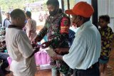 TNI bantu salurkan BLT dan masker warga Natabui di Kepulauan Yapen