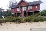 Aset wisata di Pantai Ujung Pandaran ini terpaksa segera dibongkar