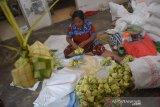Warga mengisi cangkang ketupat di industri rumahan pembuatan ketupat dan lepet di Desa Ngumpul, Kecamatan Jogoroto, Kabupaten Jombang, Jawa Timur, Selasa (26/5/2020). Ketupat dan lepet matang tersebut selanjutnya dijual dengan harga Rp11 ribu per sepuluh biji. Antara Jatim/Syaiful Arif/zk