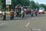 Sejumlah anak-anak duduk di atas atap labi-labi melintas di Jalan T Nyak Arief Kota Banda Aceh, Selasa. Aksi penumpang di atas atap labi-labi itu berbahaya bagi keselamatan jiwa. Antara Aceh