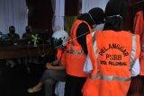Sejumlah warga mengenakan rompi pelanggar PSBB (Pembatasan Sosial Berskala Besar) di Posko Gugus Tugas Penanggulangan COVID-19 di Palembang, Sumatera Selatan, Selasa (26/5/2020). Para pelanggar aturan PSBB tersebut dijatuhi sanksi membayar denda atau melakukan pelayanan sosial. ANTARA FOTO/Feny Selly/foc.