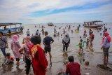 Sejumlah wisatawan memadati kawasan wisata Pantai Tanjung Pasir, Kabupaten Tangerang, Banten, Selasa (25/5/2020). Tempat wisata tersebut terlihat dipadati wisatawan meski penerapan Pembatasan Sosial Berskala Besar (PSBB) di Tangerang Raya masih berlangsung. ANTARA FOTO/Fauzan/nym.