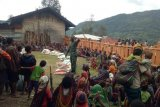 TNI-Polri bantu penyaluran beras warga Sinak terdampak COVID-19