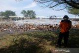 Gelombang tinggi menyebabkan tumpukan sampah di Pantai Trisik Kulon Progo