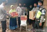 Beberapa hari menjabat Kapolres Pasbar, AKBP Sugeng Hariyadi turun langsung bantu warga miskin tertimpa bencana (Video)