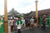 Sejumlah umat Islam berjalan keluar dari Masjid Jami Sultan Abdurrahman usai menunaikan shalat jumat di Pontianak, Kalimantan Barat, Jumat (8/5/2020). Masjid Jami yang didirikan oleh Sultan Pontianak Syarif Abdurrahman Al Kadrie pada tahun 1771 di sebelah timur Sungai Kapuas besar tersebut merupakan salah satu cagar budaya yang menjadi destinasi wisata bagi wisatawan lokal maupun mancanegara. ANTARA FOTO/Jessica Helena Wuysang/wsj.