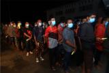Sejumlah Pekerja Migran Indonesia (PMI) dari Malaysia berbaris untuk menjalani tes diagnostik cepat atau rapid test COVID-19 setibanya mereka di Kantor Dinas Sosial Provinsi Kalbar di Pontianak, Selasa (26/5/2020) malam. Badan Perlindungan Pekerja Migran Indonesia (BP2MI) mencatat terdapat 179 PMI bermasalah yang dipulangkan Pemerintah Malaysia melalui Pos Lintas Batas Negara (PLBN) Entikong Kalbar karena tidak memiliki paspor dan izin kerja. ANTARA FOTO/Jessica Helena Wuysang/aww.