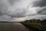 Suasana Waterfront City di tepian Sungai Kapuas yang diselimuti awan tebal di Pontianak, Kalimantan Barat, Selasa (26/5/2020). Badan Meteorologi Klimatologi dan Geofisika (BMKG) memperkirakan pada Rabu (27/5/2020) terdapat lima kabupaten di Kalimantan Barat yang berpotensi terjadi hujan beritensitas sedang hingga lebat yaitu Singkawang, Bengkayang, Sambas, Sintang dan Kayong Utara. ANTARA FOTO/Jessica Helena Wuysang/hp.