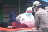 Seorang warga jatuh pingsan saat jalani rapid test massal di Kapuas