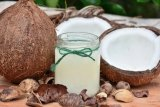 Ini manfaat menggunakan minyak kelapa sebelum tidur