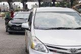 Petugas gabungan memeriksa kelengkapan surat tugas atau surat izin keluar masuk (SIKM) pengendara saat penyekatan arus balik menuju Kota Bandung di pintu tol Buah Batu, Bandung, Jawa Barat, Kamis (28/5/2020). Penyekatan tersebut dilakukan untuk mengantisipasi pendatang dari luar Kota Bandung guna memutus mata rantai penyebaran COVID-19. ANTARA JABAR/M Agung Rajasa/agr