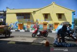 Seoranag pedagang memanfaat trotoar pejalan kaki berjualan ikan di pasar tradisional Peunayung, Banda Aceh, Kamis (27/5/2020). Dalam upaya penataan kota Banda Aceh, pemerintah setempat pada pertengahan Juni 2020 akan merelokasi pedagang ikan dan termasuk pedagang sayur di pasar tradisional Peunayung itu ke lokasi baru Pasar Perikanan Terpadu yang telah selesai dibangun. Antara Aceh/Ampelsa.