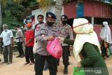 Brimob Polda Sulawesi Tenggara salurkan bantuan sembako ke warga pesisir Konawe