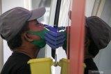 Warga mengikuti test swab COVID-19 menggunakan mobil tes polymerase chain reaction (PCR) atau Mobile Combat COVID-19 di RSUD Sidoarjo, Jawa Timur, Kamis (28/5/2020). Swab test dengan Mobil tes polymerase chain reaction (PCR) atau Mobile Combat COVID-19 dari Gugus Tugas Percepatan Penanganan COVID-19 tersebut bertujuan untuk mempercepat pengujian secara lebih masif dan spesimen swab di lapangan. Antara Jatim/Umarul Faruq/zk