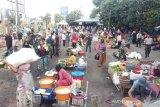 Polresta Mataram mengatur jarak lapak di Pasar Kebon Roek