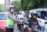 Ditlantas Polda Papua bagi stiker dan masker gratis kepada warga