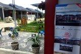 Seorang warga melintas di depan Rumah Untuk Milenial yang baru dibangun di Taman Tenera Indah Kabupaten Deliserdang, Sumatera Utara, Kamis (28/5/2020). Bank Negara Indonesia (BNI) Syariah meluncurkan program pembiayaan perumahan KPR untuk calon nasabah khususnya generasi milenial yang ingin mempunyai rumah idaman yang sesuai keinginan. ANTARA /Septianda Perdana