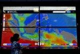 Pegawai menunjukan informasi Ocean Forecast System di Balai Besar Meteorologi Klimatologi dan Geofisika Wilayah 3 Denpasar, Bali, Jumat (29/5/2020). BMKG mengimbau masyarakat untuk mewaspadai potensi hujan lebat yang dapat disertai kilat atau petir dan angin kencang di sejumlah wilayah Bali diantaranya Buleleng, Tabanan, Jembrana, Bangli, Badung dan Gianyar serta potensi tinggi gelombang laut yang dapat mencapai lebih dari dua meter di Selat Bali bagian Selatan, Selat Badung, Selat Lombok dan Samudera Hindia selatan Bali. ANTARA FOTO/Fikri Yusuf/nym.