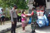 TNI-Polri bagikan paket sembako warga terdampak COVID-19 di Supiori