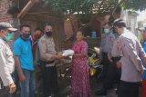 Kapolsek Woja serahkan bantuan sosial beras kepada warga Desa Bara